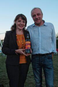 Andrea Spada e Laura Cami con una bottiglia di Vigna Rocca