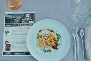 la locandina dell'evento con il primo piatto e il vino abbinato